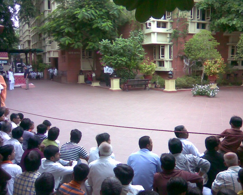 "devotees waiting for having one""darshan""of Pramukh swami-6:30am"
