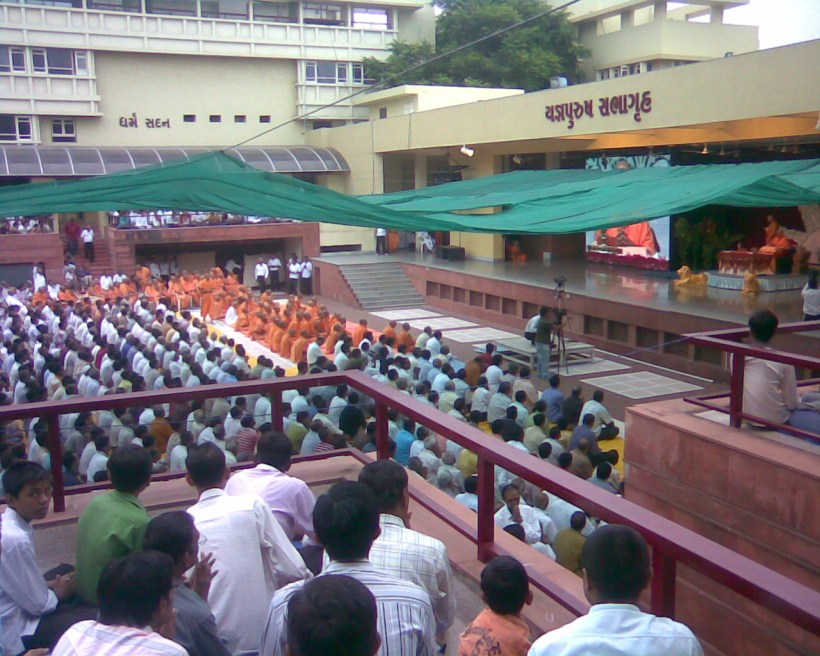 Devotees taking the part in open morning Prayer with Pramukh swami